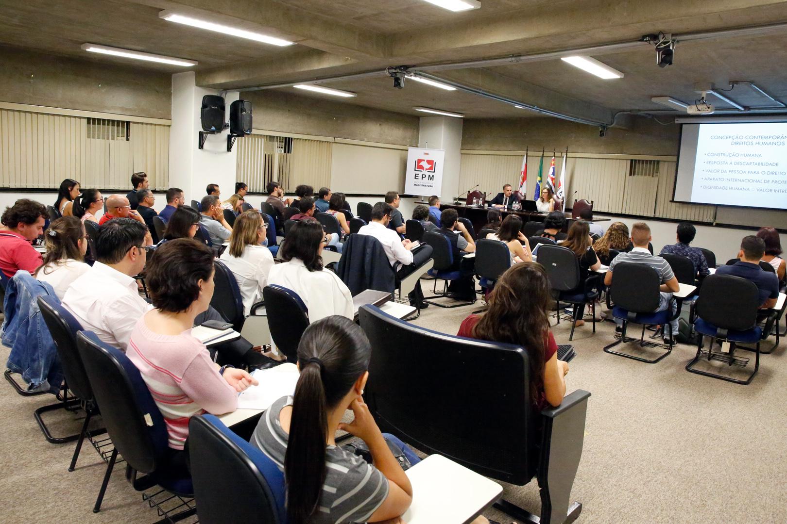 Curso de Direito Constitucional Aplicado tem aula sobre direitos humanos