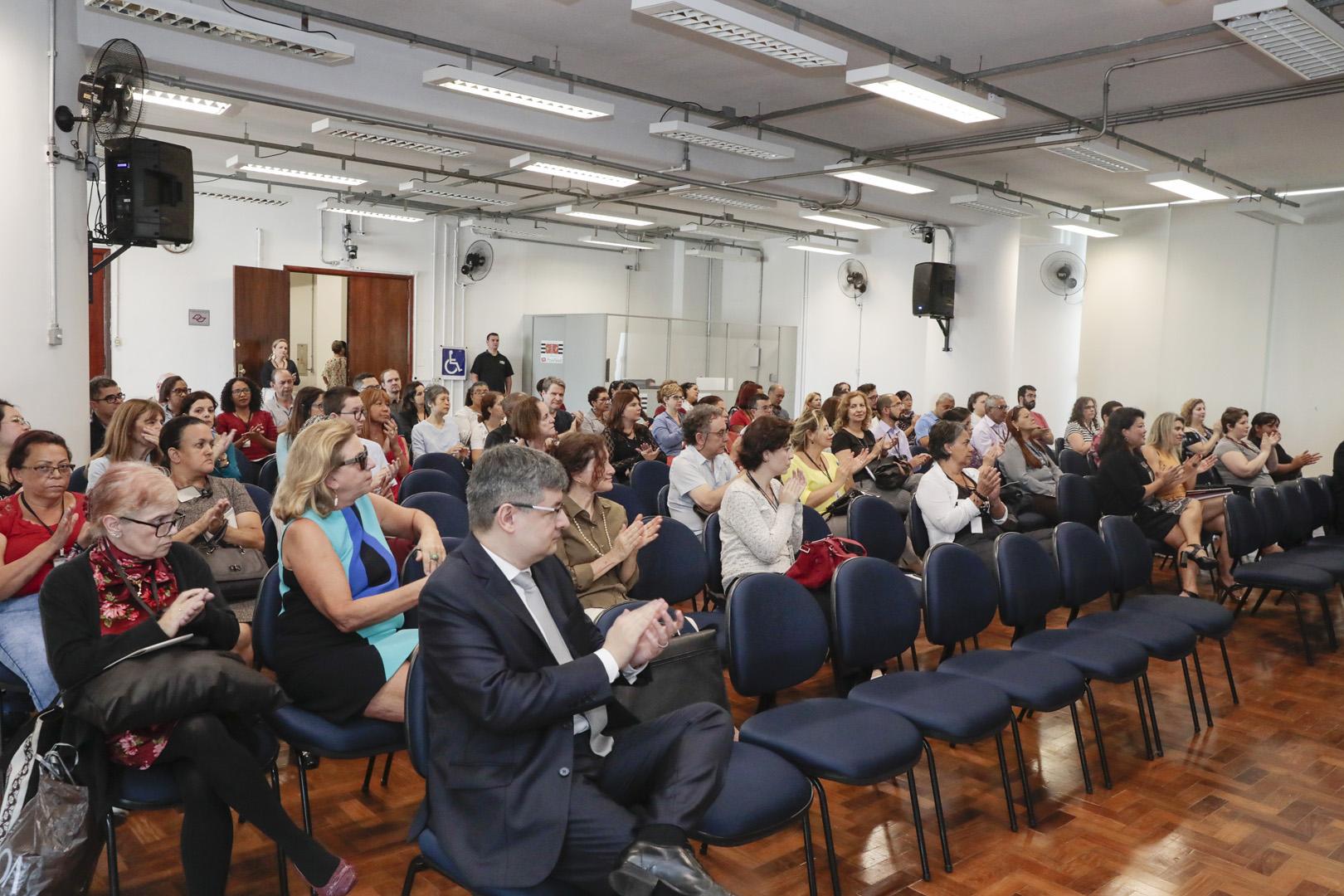 Psiquiatras realizam palestras sobre dependência química e psicológica