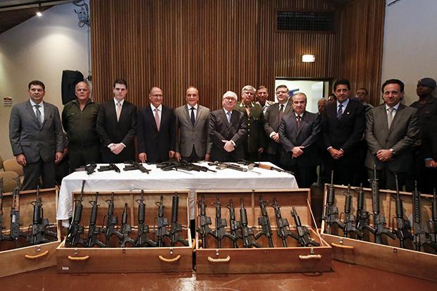 TJSP promove entrega de 37 fuzis para policias de São Paulo