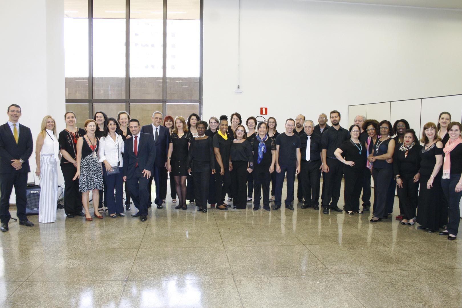 Coral de Servidores faz apresentação no prédio da EPM