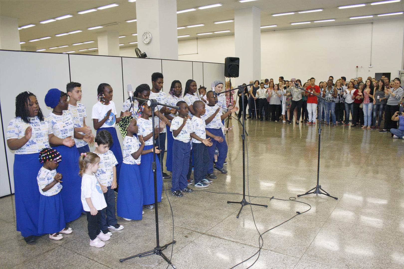Coral 'Somos iguais' faz apresentação no prédio da EPM