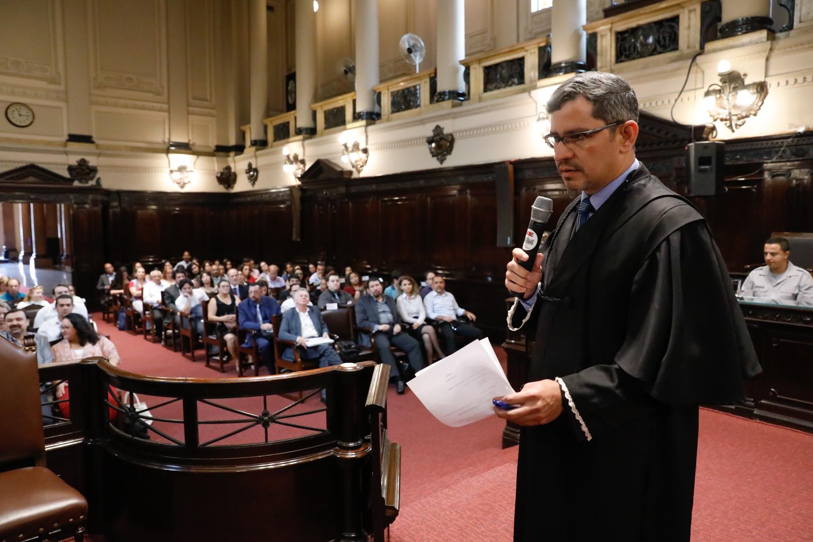 Estudantes do Centro Universitário Estácio participam de júri simulado no Palácio da Justiça