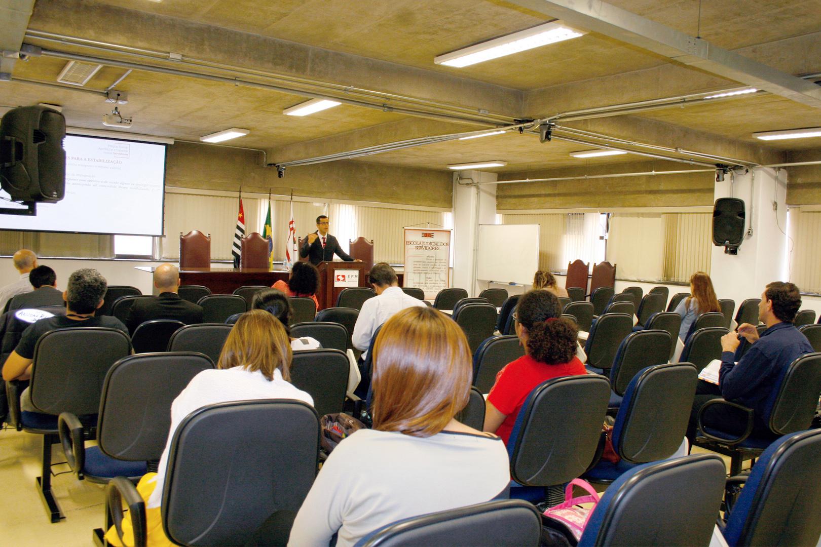 Violência doméstica e familiar contra a mulher e feminicídio são discutidos no curso de Direito Penal