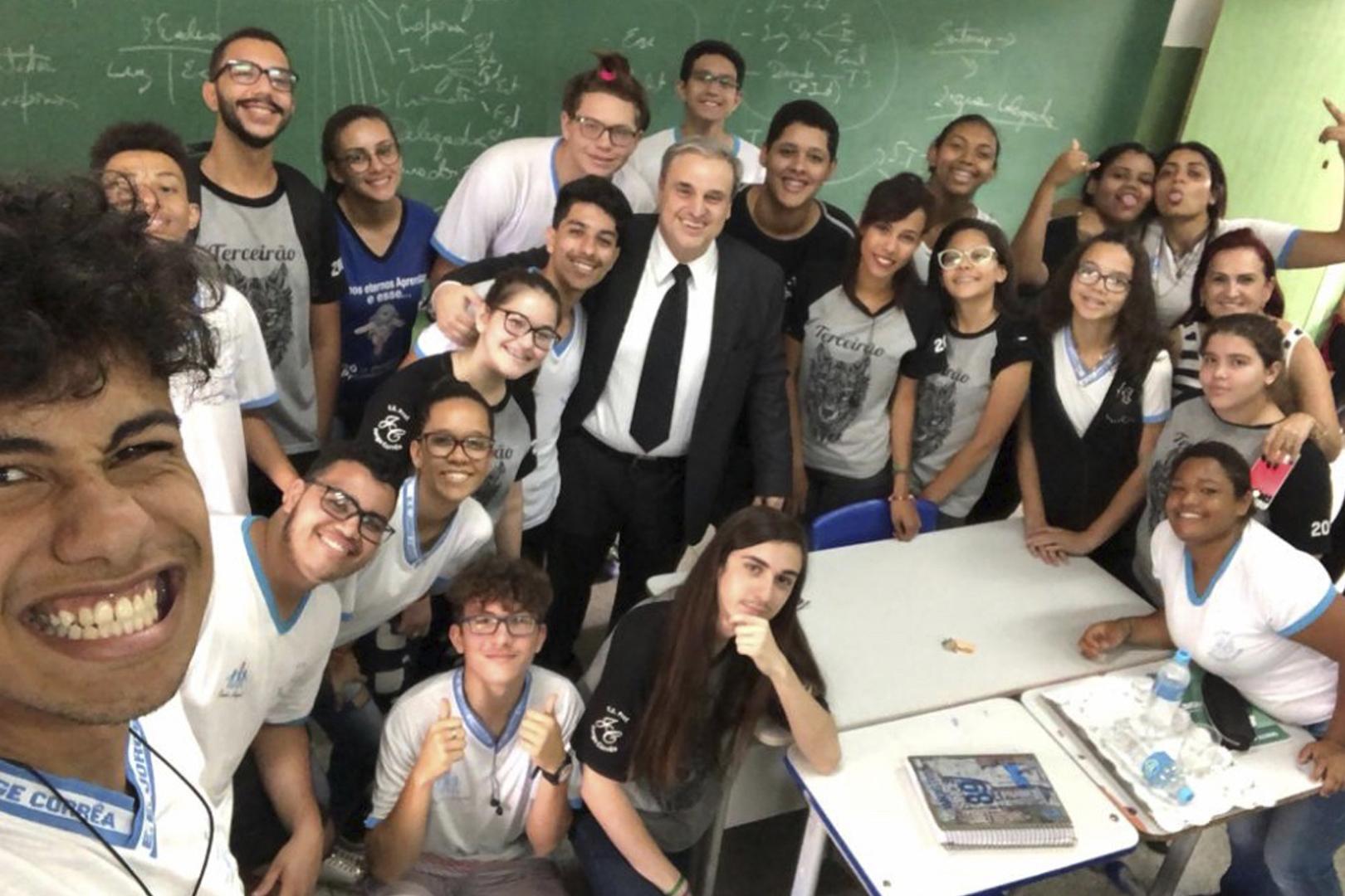 Magistrado conversa com alunos de escola estadual sobre carreira jurídica