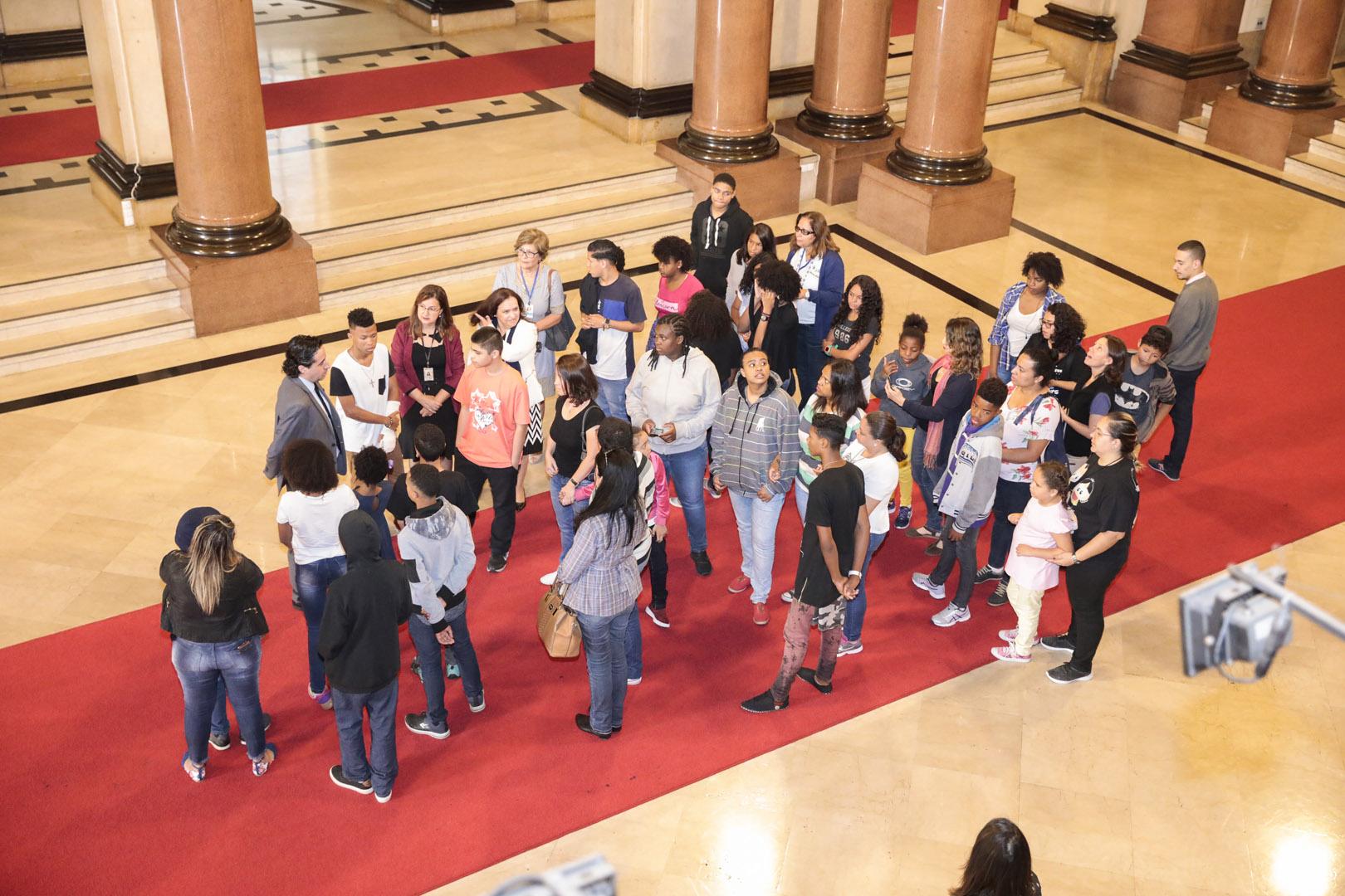 Jovens do projeto Adote um Boa-Noite conhecem o Palácio da Justiça